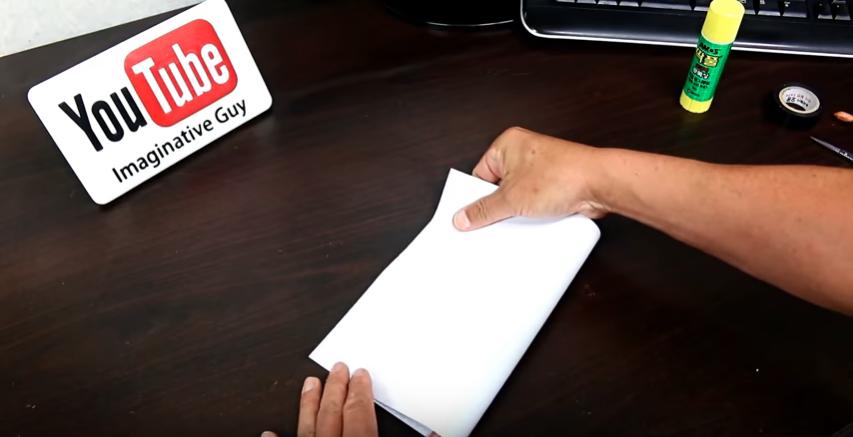 A4コピー用紙を横半分に折り、折り目をつける