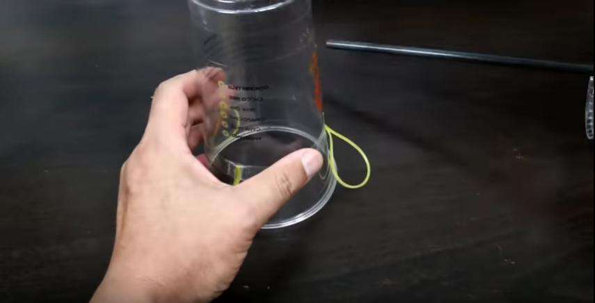 輪ゴム3本を等間隔にカップに設置