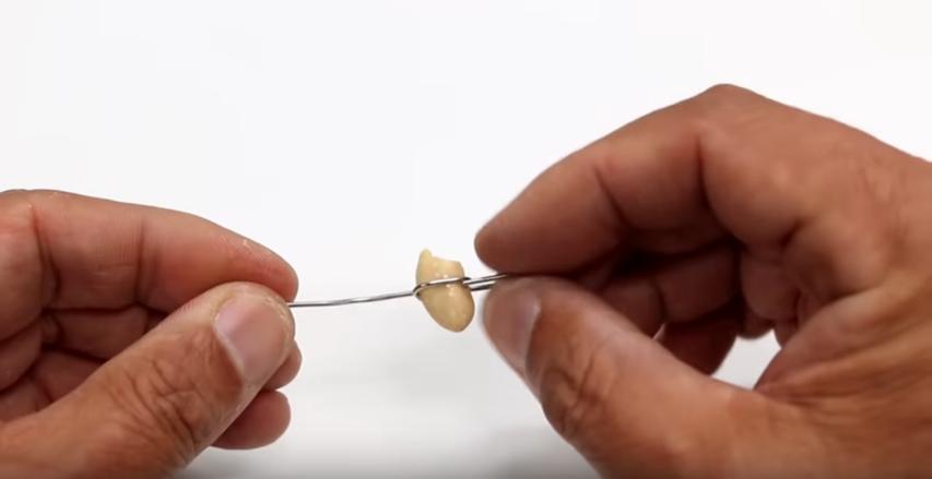 ペーパークリップの片側を伸ばしきり、もう片方にピーナッツを設置