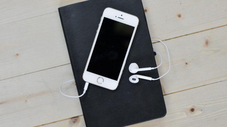 iphoneとイヤホンとノート