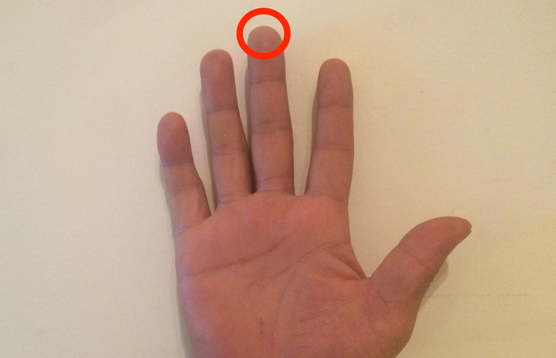 中指の指先を支点にする