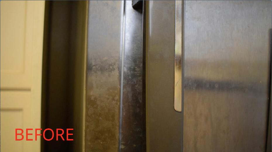 掃除する前の冷蔵庫の扉
