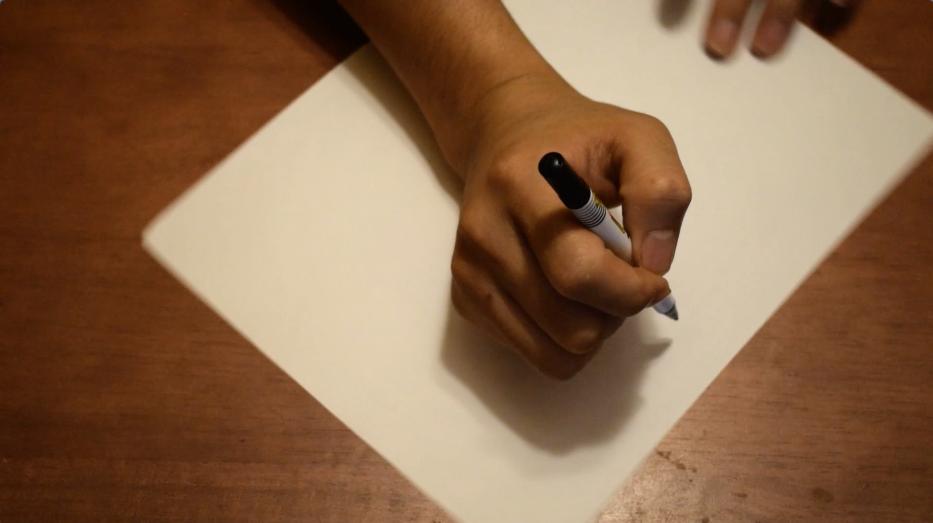 ペンを握って動かないように固定する