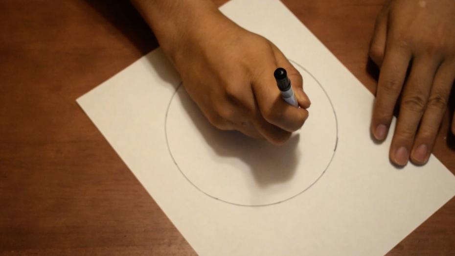 小指の第二関節を支点にしてペンを握り、動かないように固定する