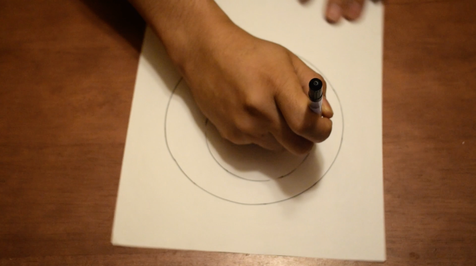 紙のみを回してペンを握った手は動かさない