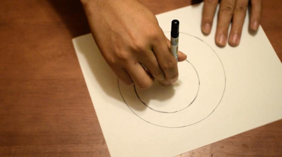 中指に添えたペンを動かさないように注意する
