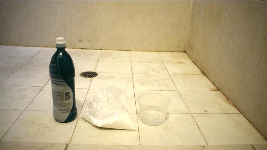 水、重曹、漂泊剤、容器を用意する