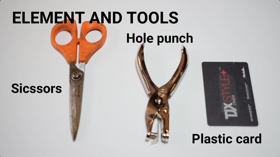 プラスチックカード、穴あけパンチ、ハサミを用意