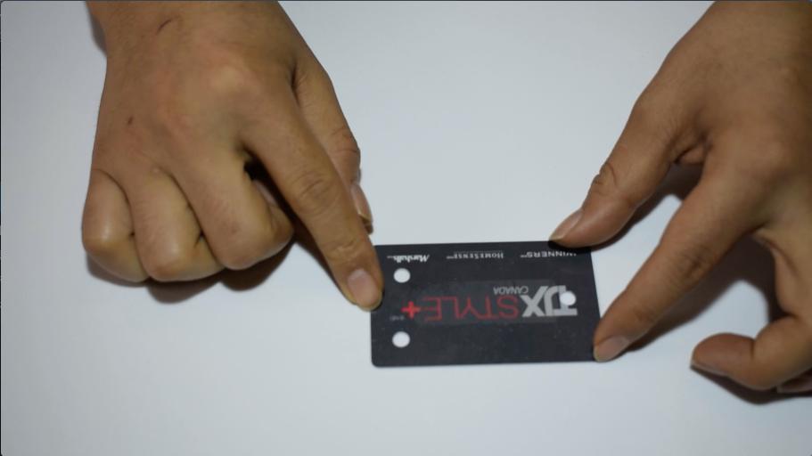 カードの両側に穴を開ける