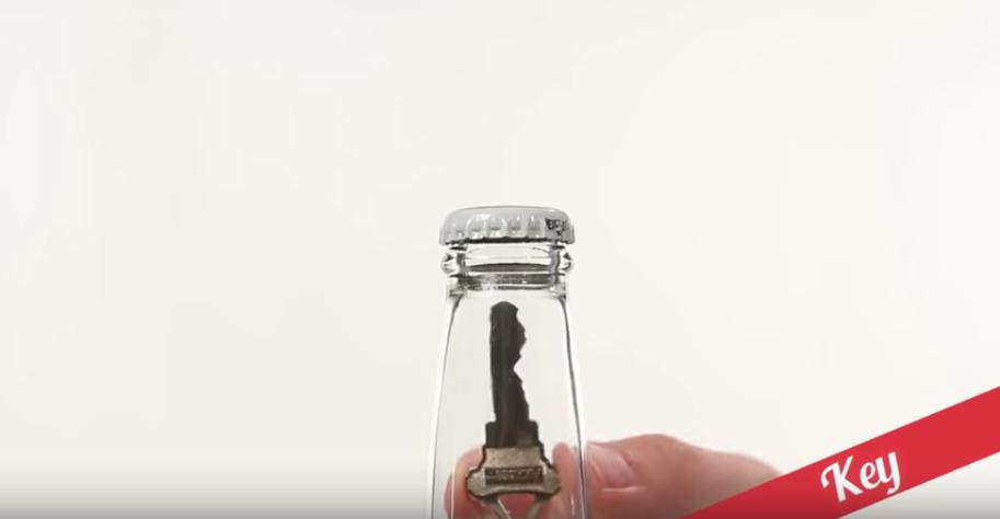 鍵を使ってビール瓶を開ける