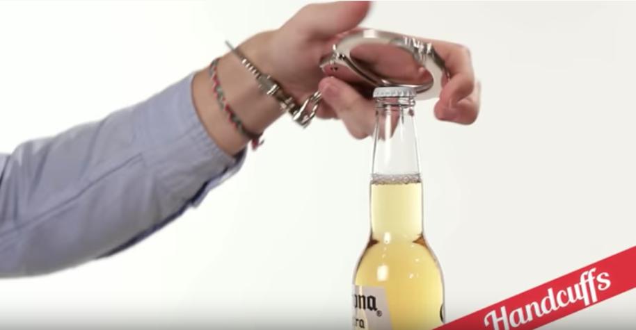 手錠を使って瓶ビールを開栓