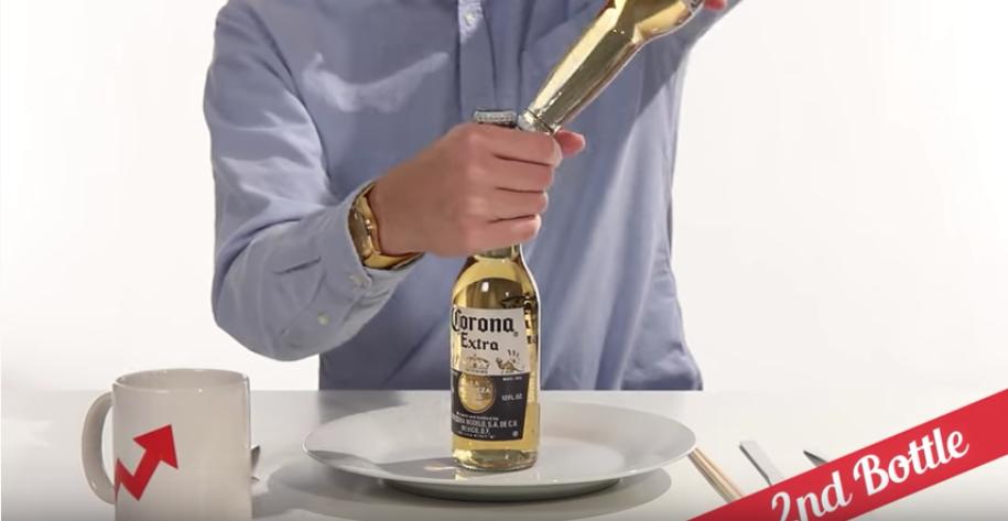 もう一本の瓶ビールを使って瓶ビールを開栓