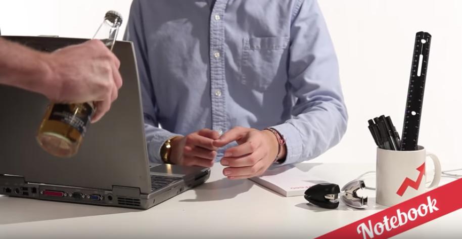 ノートパソコンの画面の端を利用してビール瓶を開栓
