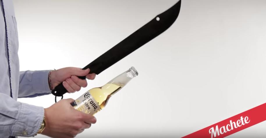 ナタで瓶の上部をぶった切ってビール瓶を開栓