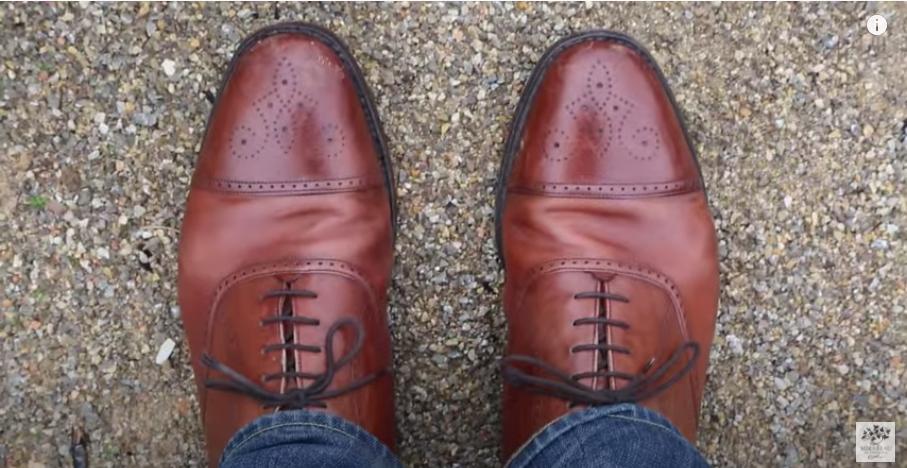 底のしっかりした革靴などを用意