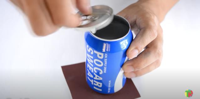 アルミ缶のプルタブがついている面も抜く