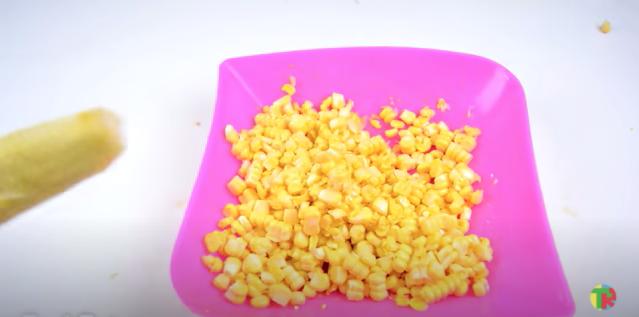 外れたトウモロコシの粒は料理のトッピングに最適