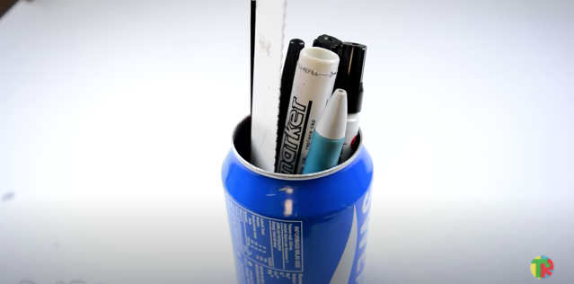 完成したアルミ缶ペン立てに鉛筆やマーカーペンを立てる