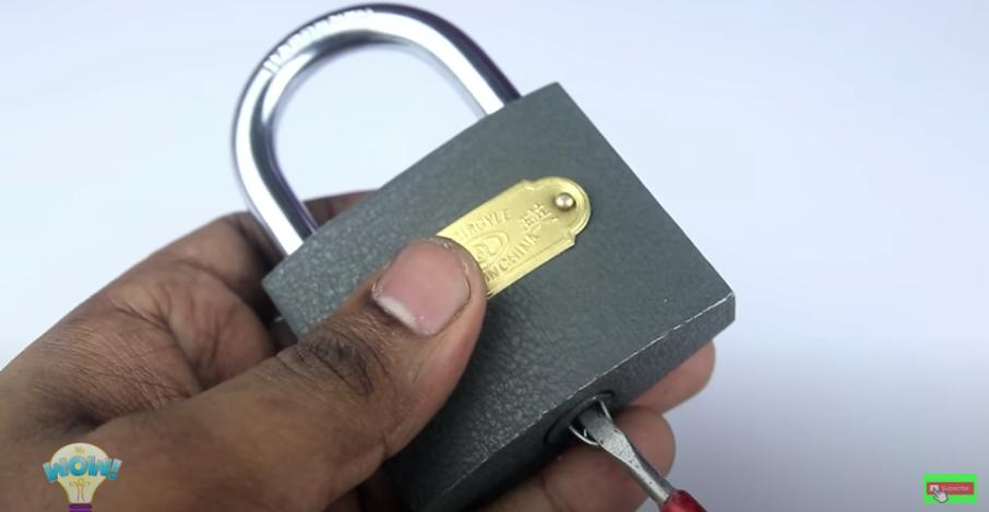 マイナスドライバーを鍵穴に添えて解錠