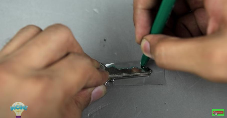 ペットボトルの破片に鍵の形を転写