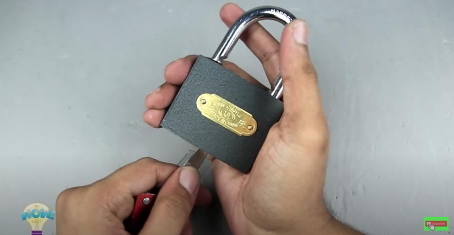 ペットボトルを鍵穴に挿入し解錠