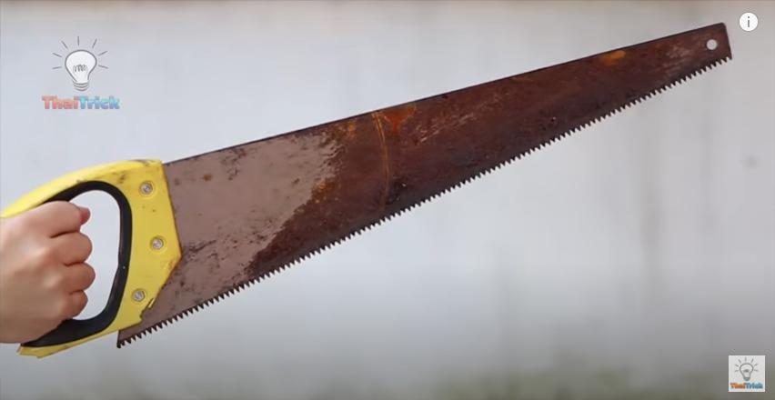 ノコギリの刃渡りに合わせて散水ホースを加工
