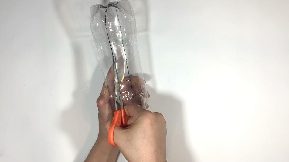 ペットボトルの透明な本体部分はハサミで切る