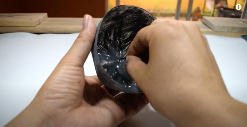 ペットボトルに開けた穴に毛糸を通す