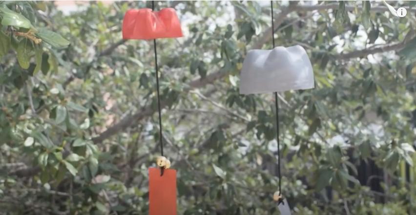 完成したペットボトル風鈴を風が通る場所に設置