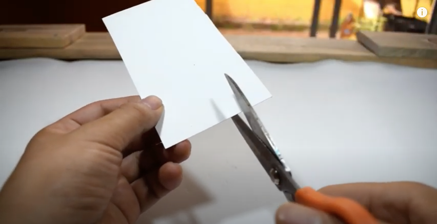 風鈴の羽部分になる厚紙を切断
