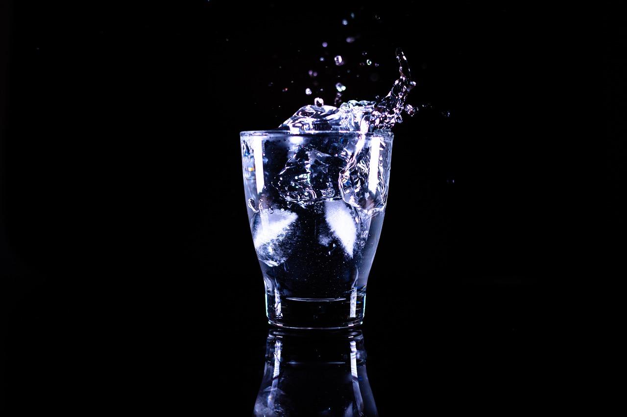 朝起きた直後にコップ1杯の水か白湯を飲む
