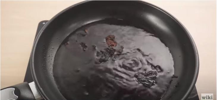 焦げ付いたフライパンに水を張る